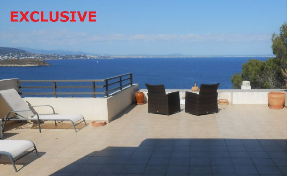 Superb first line apartment with direct access to the sea.