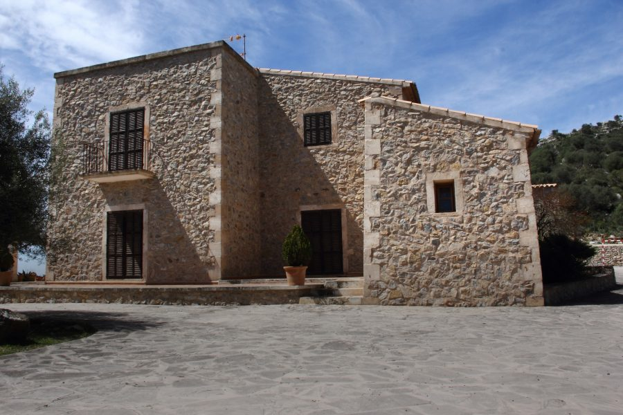 Very private situated Mansion in Manacor on 3 hectares land.