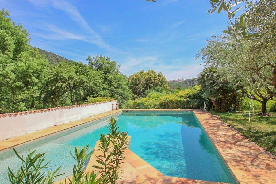 Charmigt stenhus med pool
