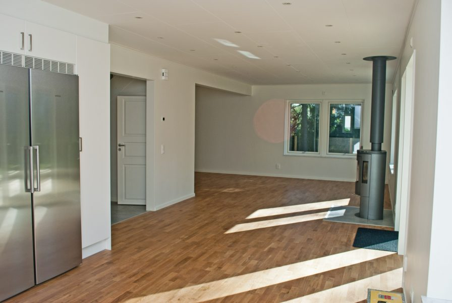 Nybyggd två-plans villa med separat garage