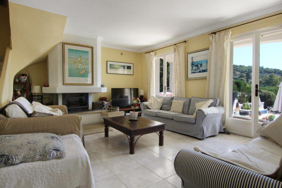 Salle de séjour dans une villa à Opio