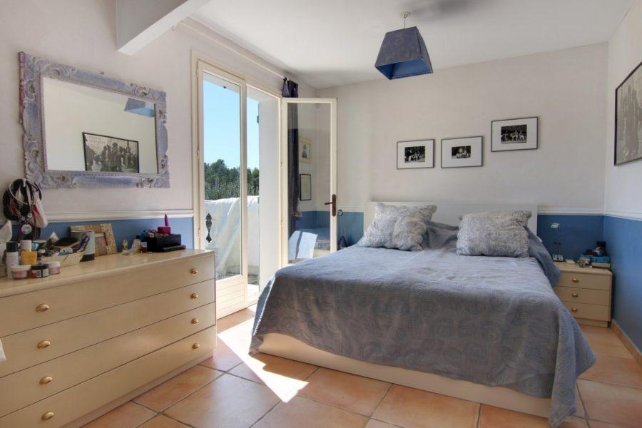 Belle villa exposée dans un quartier résidentiel d'Opio