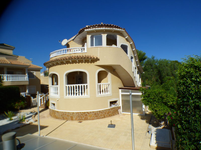 Detached villa with covered pool