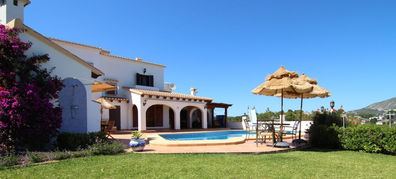 Beautiful villa with stunning sea and mountain views for sale in Moraira