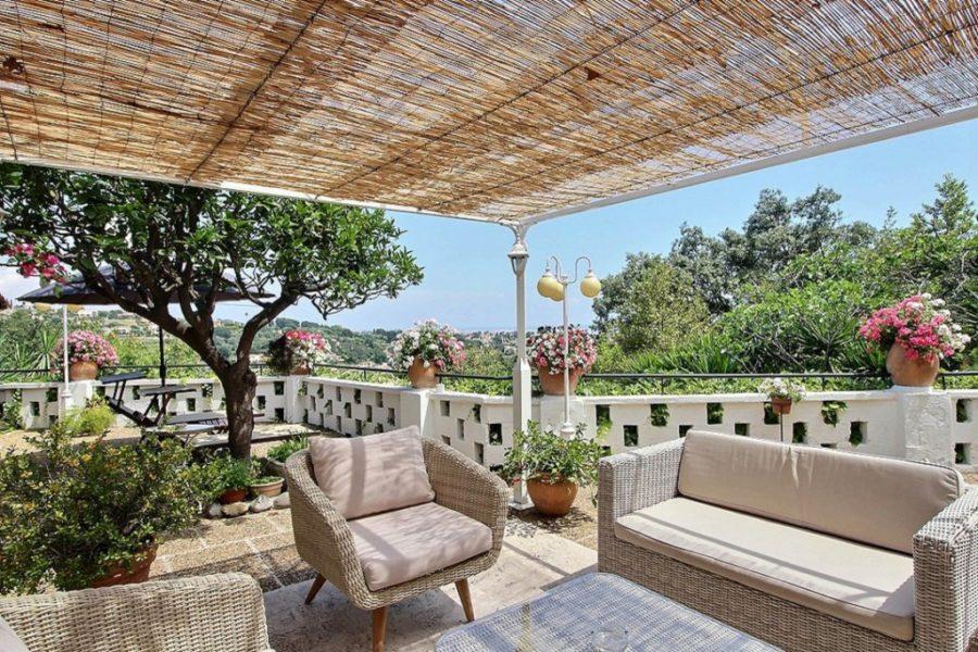 Enastående villa med karaktär, terrasser och havsutsikt
