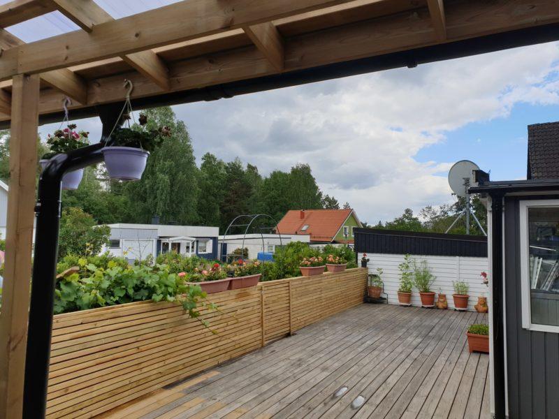 Mysigt modernt enplanshus med stora trädäck i 2 väderstreck